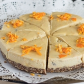 Cheesecake raw cu portocale si stafide / Raw orange & raisin cheesecake