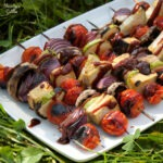 Frigarui cu legume si sos picant / Vegetable skewers with spicy sauce
